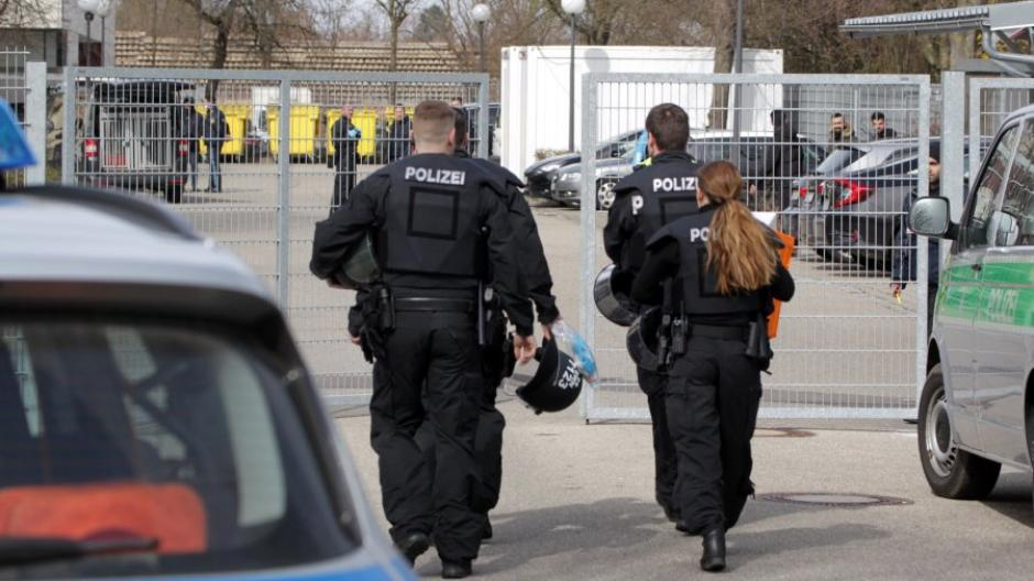 Immer wieder muss die Polizei in der Flüchtlingsunterkunft am Kobelweg eingreifen. Die Menschen sind wegen anhaltender Quarantäne in Rage.