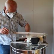 Karl-Heinz Waldmüller, Vorsitzender des Imkervereins Friedberg, gibt Tipps für die Bienenaufzucht. Ein bis Zwei Mal die Woche schaut Waldmüller nach seinen acht Bienenvölkern.