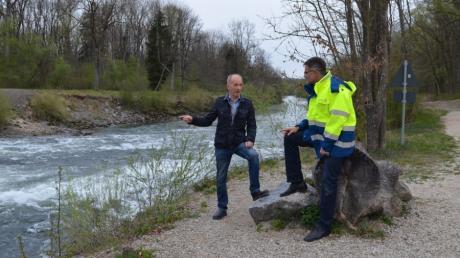 Harald Blau erläutert Behördenleiter Andreas Rimböck die Problematik der begradigten und stark eingetieften Iller.
