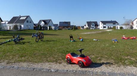 Die Grünfläche mitten im Allmannshofer Baugebiet Kirchsteig I dient den Kindern als Spielfläche. Wird der geänderte Bebauungsplan umgesetzt, entstehen im rechten Teil der Grünfläche drei Baugrundstücke.