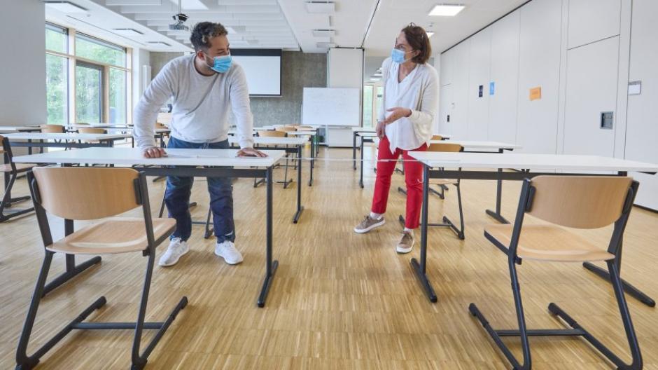 Am Rudolf-Diesel-Gymnasium laufen die Vorbereitungen fürs Abitur auf Hochtouren. Direktorin Susanne Täufer und Hausmeister Baris Kalkan kontrollieren in einem der Prüfungsräume die Abstände zwischen den Plätzen.