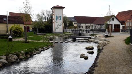 Durch die Ellgauer Ortsmitte fließt nicht der Lech, sondern der Mühlbach. Der entspringt aber dem Lech und fließt auch wieder in diesen.
