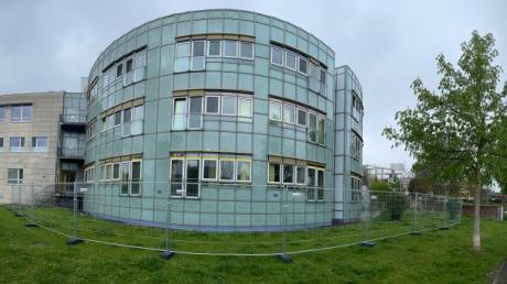 Die Donauklinik in Neu-Ulm ist eingezäunt - das hat seine Gründe.