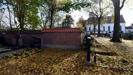 Immer mehr Grabstellen auf dem Gersthofer Friedhof bleiben frei. Die Freiflächen sollen künftig so umgestaltet werden, dass der Parkcharakter gefördert wird.