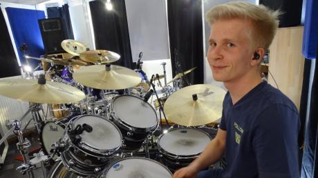 Der Donauwörther Elias Graminger dort, wo er am liebsten sitzt: am Schlagzeug.