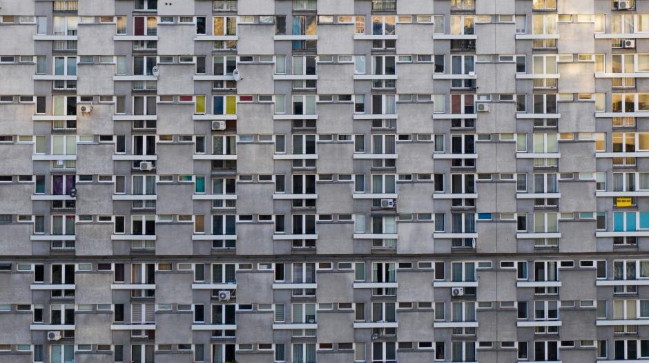 Gerade in schwierigen Wohnverhältnissen leben Menschen oft eng aufeinander. Doch das dürfte nicht der einzige Grund sein, warum sozial Schwächere stark von Corona getroffen werden.