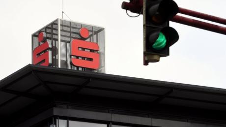 Grünes Licht für die große Sparkassen-Fusion? Am Montag entscheidet der Kreistag in Neusäß darüber.