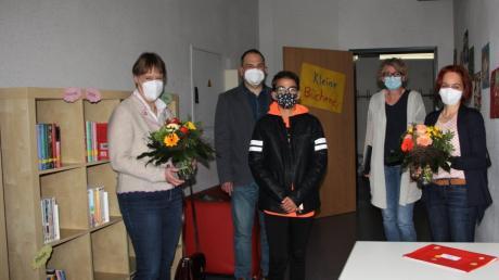 Über die Eröffnung der Schulbücherei in Untermeitingen freuen sich (von links) Birgit Kießling, Schulleiter Markus Fendt, Schüler Tim Schmid, Sandra Rottenegger und Birgit Schumann-Günther.