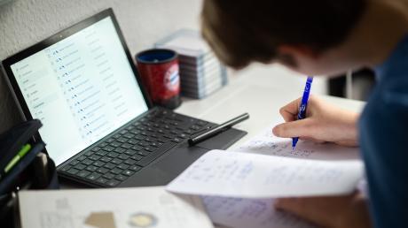 Viele Schüler können aus dem Homeschooling zurück in die Schule - Schulaufgaben sollen sie dort aber erst einmal nicht erwarten.