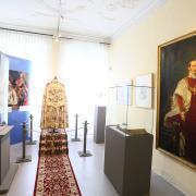 Zwei besonderen Frauen widmet das Sisi-Schloss in Unterwittelsbach eine Austellung: Elisabeth und Maria Theresia. Zu sehen sind einige Exponate verschiedener Art.