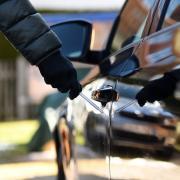 Es muss nicht immer mit großem Sachschaden verbunden sein, aber der Zorn des jeweiligen Besitzers ist zu Recht groß, wenn Unbekannte das eigene Auto zerkratzen oder auf andere Weise beschädigen.