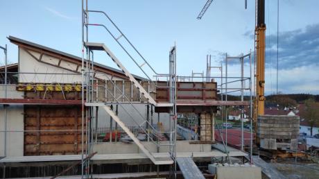 In die Höhe wächst die neue viergruppige Kindertagesstätte in Adelzhausen. Bis spätestens Herbst 2022 soll sie bezugsfertig sein. In das Projekt steckt die Gemeinde heuer das meiste Geld.