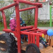 Dieser Spieltraktor aus Holz gehört zum liebevoll gestalteten Bereich speziell für die kleineren Kinder.