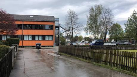 Die Herbststraße neben der Untermeitinger Grundschule soll ausgebaut werden: mehr Sicherheit für die Schüler, mehr Parkplätze und eine breitere Kurve sind das Ziel.