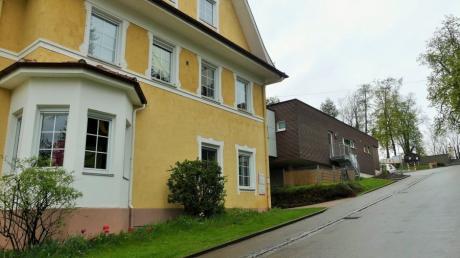 Die Betreuung in der Kindertagesstätte in Kettershausen wird etwas teurer. Das Bild zeigt vorne das Gebäude, in dem der Kindergarten untergebracht ist. Hinten die Kinderkrippe.