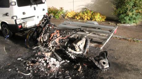 Ein Motorrad brannte  im Oktober in Aichach und wurde wie der Anhänger völlig zertört. Jetzt steht ein 32-Jähriger vor Gericht.