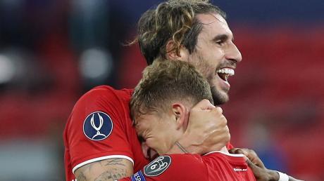 Bitte geh nicht! Joshua Kimmich mag Javi Martínez nicht loslassen. Doch nach dieser Saison ist Schluss für den 32-Jährigen beim FC Bayern.
