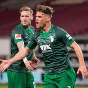 Augsburgs Florian Niederlechner jubelt nach seinem Tor zum 1:1. Später kritisierte er Ex-Trainer Heiko Herrlich.