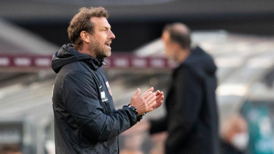 Augsburgs Trainer Markus Weinzierl vertraut seiner Mannschaft, dass sie gegen Bremen den Klassenerhalt schafft.