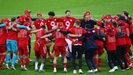 Die Bayern freuen sich über den neunten Titel in Folge - und Joachim Löw kann sich mitfreuen.