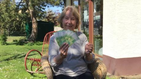 Jutta Wiedenbauer aus Schwabmünchen freut sich über 1000 Euro. Diese hat sie beim Retro-Preisrätsel unserer Zeitung gewonnen.