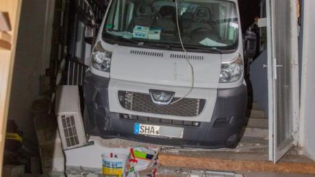 Weil die Bremse nicht angezogen war, rammte dieser fahrerlose Kleintranporter eine Hoteltüre.