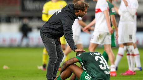 Trost für Reece Oxford: FCA-Trainer Markus Weinzierl bei seinem Abwehrspieler nach der Niederlage gegen den VfB Stuttgart.