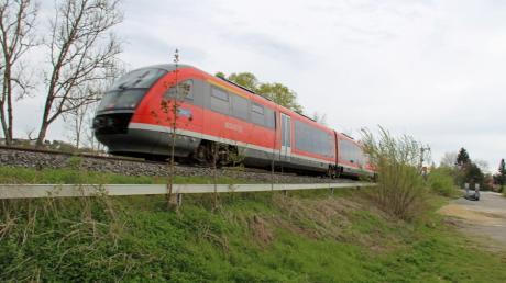 Vor 50 Jahren, am 17. Mai 1971, entgleisten bei Kellmünz mehrere Waggons eines Schnellzugs. Fünf Menschen starben, 27 wurden schwer verletzt. Unser Bild zeigt die Unglücksstelle heute, 150 Meter nördlich Bahnübergang Steinweg.