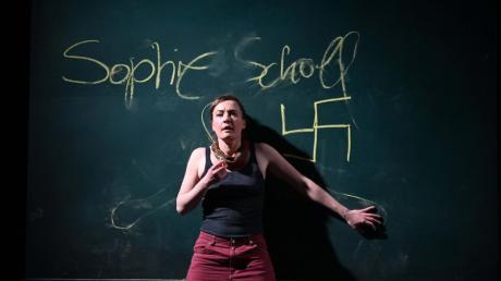 """""""Name: Sophie Scholl"""" - in diesem Stück am Theater Ulm geht es um Fragen der Loyalität, der Moral und der Menschlichkeit."""