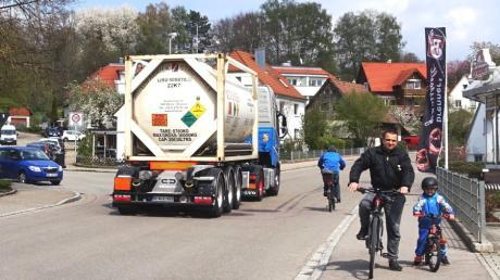 Die Römerstraße gleicht einer Rennbahn. Das empfinden die Anlieger so. Eugen Pekarski, unterwegs mit dem vierjährigen Sohn Roman, wünscht sich mehr Schutz für die Radfahrer.