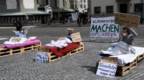 Die Aktivisten des Klimacamps veranstalteten am Montag eine Kunstaktion auf dem Augsburger Rathausplatz. Der Stadtregierung wurde ein Verschlafen der Klimakrise vorgehalten.