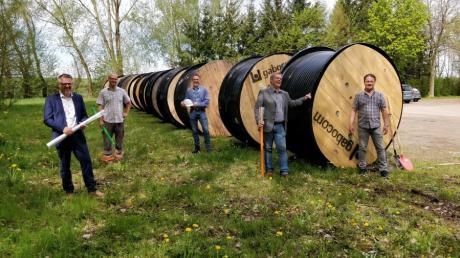 Freuen sich auf den Glasfaserausbau in Merching: (von links) Stefan Ziegler, Tom Schimpfle, Sebastian Hanke, Helmut Luichtl und Rainer Fieber.
