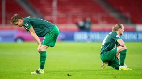 Der FCA steckt wieder mitten im Abstiegskampf. Robert Gumny (links) und Frederik Jensen nach der Niederlage in Stuttgart.