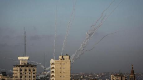 Laut einem Sprecher der israelischen Armee wurden Dutzende Raketen aus dem Gazastreifen abgefeuert.