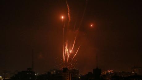 Raketen werden von der islamistischen Hamas aus dem Gazastreifen in Richtung Israel abgefeuert.