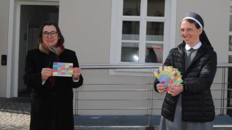 Diese Karten werden Pfarrerin Brigitte Funk und Schwester Paulin Kotas in Bobingen zum Internationalen Tag der Pflege überreichen.