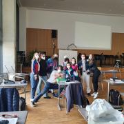 Ein bisschen Normalität trotz Pandemie: Die Abiturienten des Krumbacher Simpert-Kraemer-Gymnasiums am letzten Tag ihrer Mottowoche mit dem Thema 80er und 90er Jahre.