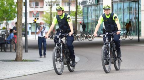 Seit mehreren Monaten ist die Polizei mit Fahrradstreifen in Neu-Ulm unterwegs. Die Beamten begegnen Radlern damit auf Augenhöhe und kommen schnell mit den Bürgern ins Gespräch.