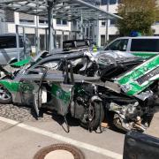 Das Bild zeigt den geschrotteten Streifenwagen. Ein Lkw hat den Streifenwagen auf der A99 nördlich von München erfasst.