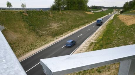 Ein knappes halbes Jahr fahren Autos und Lastwagen nun auf der neuen Umfahrung Adelsried. Doch, was hat das Millionenprojekt verändert?