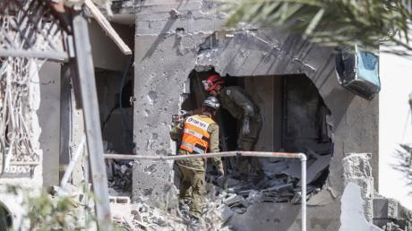Rettungskräfte im israelischen Ashkelon inspizieren ein beschädigtes Gebäude, nachdem es von Raketen getroffen wurde, die aus dem Gazastreifen abgefeuert wurden.
