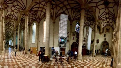 Im Nordschiff des Ulmer Münsters sind die Fenster derzeit noch milchig und eintönig. Bald sollen sie in kräftigen Farben strahlen.