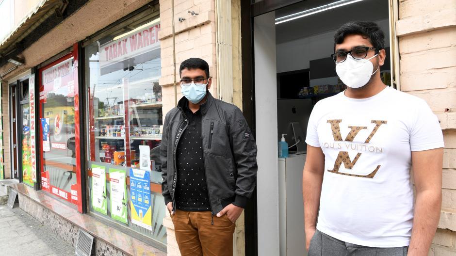 Farhan Muhammad (links) führt einen Laden in Oberhausen. Er und sein Bruder kommen aus Pakistan. Khurran Shahzad findet, dass sich viele Migranten nicht an Corona-Regeln halten.
