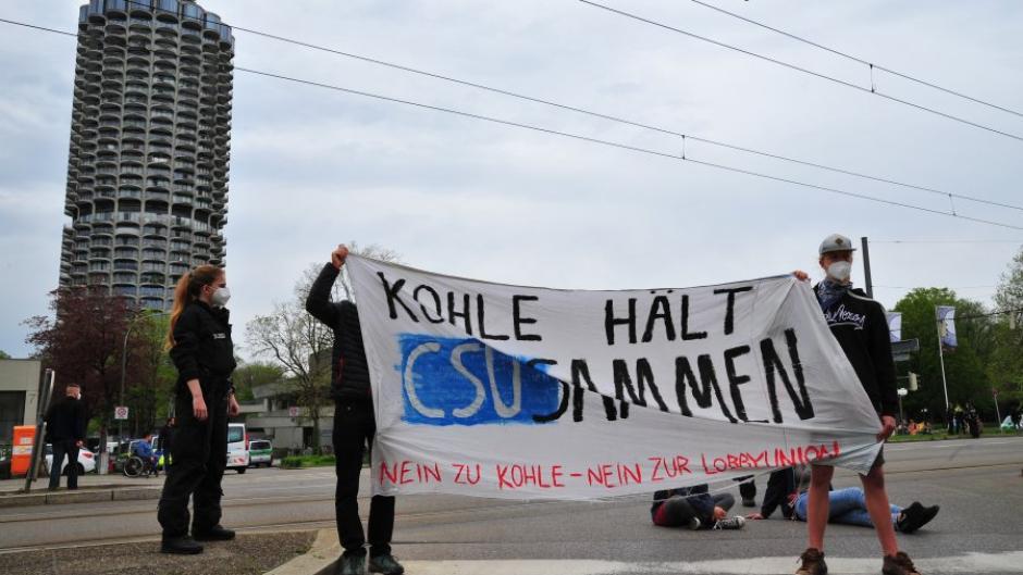 """Als ein """"Akt des zivilen Ungehorsams"""" veranstalteten Aktivisten des Klimacamps eine Demonstration vor der Augsburger Kongresshalle."""