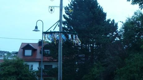 Ausganspunkt der zehntägigen Dorfrallye durch Täfertingen ist der Maibaum bei der  Kirche Mariä Himmelfahrt.