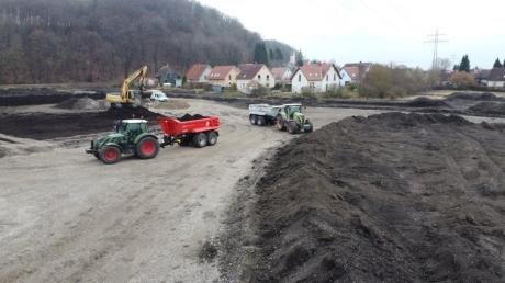 """Die Erschließungsarbeiten für das neue Baugebiet """"Am Weberanger"""" in Mühlhausen haben schon begonnen. Im März wurde das Gelände aufgefüllt. Um die geplanten Investitionen in diesem Jahr realisieren zu können, braucht die Gemeinde Affing den Erlös aus dem Verkauf der Bauplätze."""