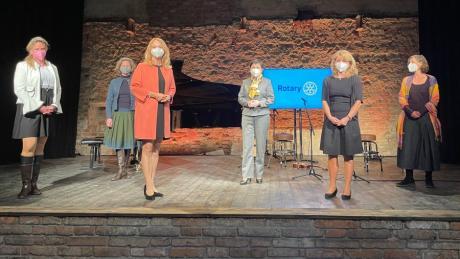 Landsbergs Oberbürgermeisterin Doris Baumgartl (dritte von links) übergab in der Alten Brauerei in Stegen den Rotary-Nachhaltigkeitspreis 2020.