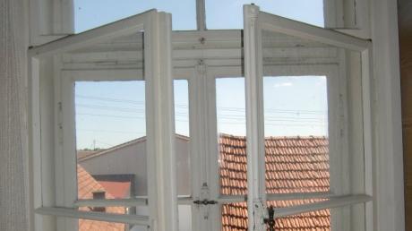 Gemeinderat Georg Engelhard hat die alten Fenster an der Ostseite der Alten Schule Gebenhofen fotografiert. Sie sind aus Sicht der Denkmalschützer besonders erhaltenswert. Engelhard vermutet, dass sie aus der Zeit des letzten Umbaus stammen, der 1907 begann.