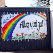Viele Kinder malten Regenbogen als Zeichen der Hoffnung in der Corona-Krise. Nun sieht es im Landkreis Aichach-Friedberg tatsächlich hoffungsvoller aus.