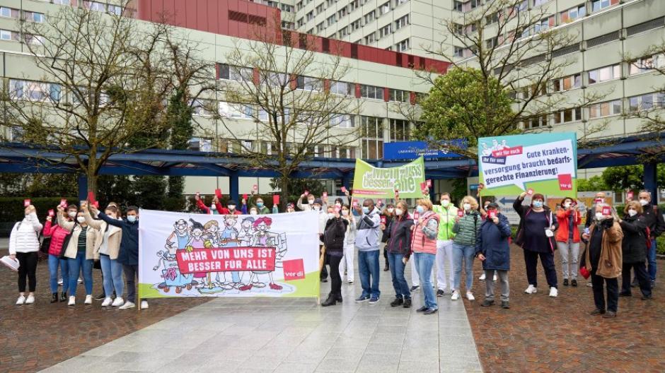 """In einer Protestaktion am Haupteingang zur Augsburger Universitätsklinik hat Verdi der Pflege-Politik die """"Rote Karte"""" gezeigt."""